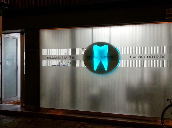 U herkent ons aan ons groen logo van Dental Clinics