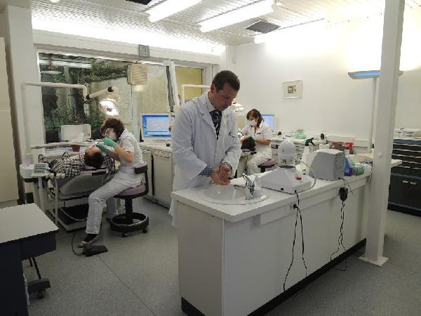 Onze grote behandelingszaal is uitgerust met de modernste tandheelkundige apparatuur.
