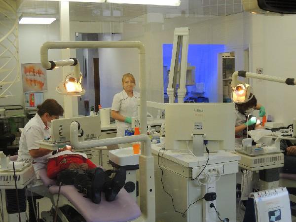 Onze professionele tandheelkundige assistentes staan altijd paraat om de tandarts bij te springen.