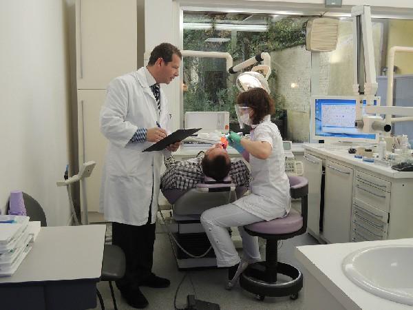 Alle handelingen gebeuren onder het toeziend oog van tandarts Hatzkevich.