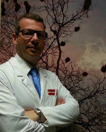 Le Dentiste David Hatzkevich, spécialise de la prothèse dentaire fixe et amovible, y compris sur implants