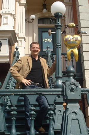 Le dentiste Hatzkevich en visite le centre dentaire de Disneyland Paris, pretez attention à la molaire qui pendule sur la laterne.